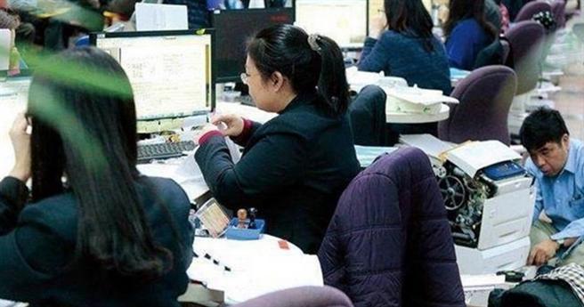 全時勞工生活補貼明起申請,只要是同一雇主下5或6月薪資減少20%,就可領一萬元。(資料照)