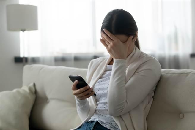 一名女子收到追求者的恐怖簡訊,還收到裝有老鼠屍體的紙箱,讓她崩潰提告。。(示意圖/Shutterstock)