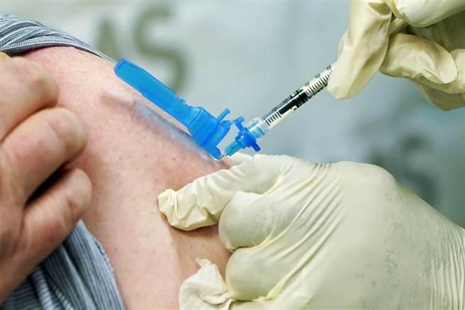 台大醫師、YouTuber蒼藍鴿表示,數據顯示,mRNA疫苗,也就是BNT及莫德納疫苗,有一種副作用的發生率較血栓高,且較好發於年輕男性身上。(資料照/美聯社)