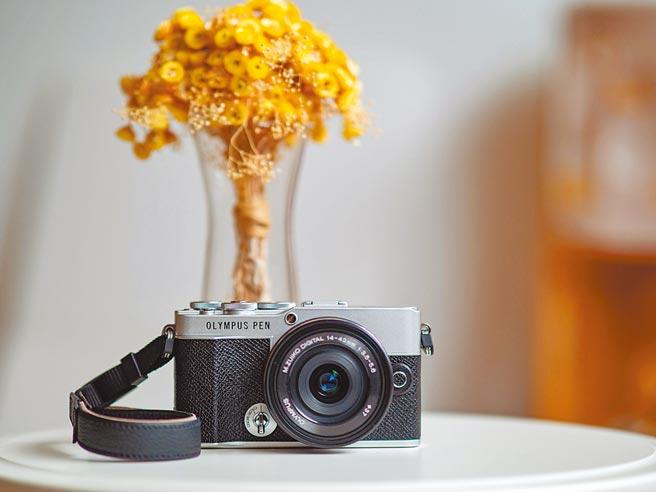OLYMPUS PEN E-P7 日系復古微型單眼相機,經典銀黑,搭配14-42mm EZ Kit組合,定價2萬8990元。(OLYMPUS提供)