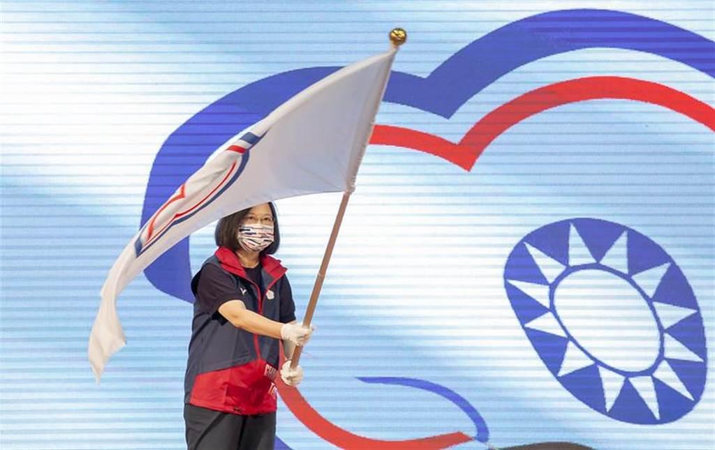 圖為奧運前總統蔡英文前往高雄國家運動訓練中心,為東奧代表團授旗。(資料照/總統府提供)