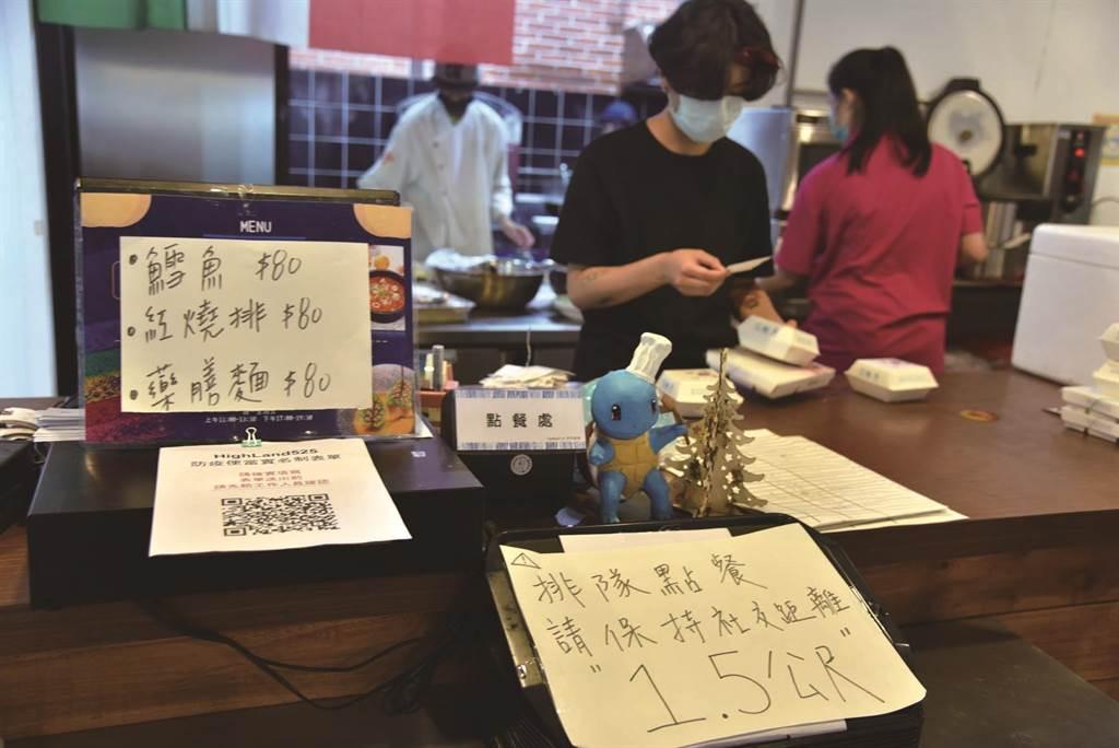 華梵大學提供好吃的蔬食午晚餐,讓全校學生免費吃一個學期不用錢。(華梵大學提供)