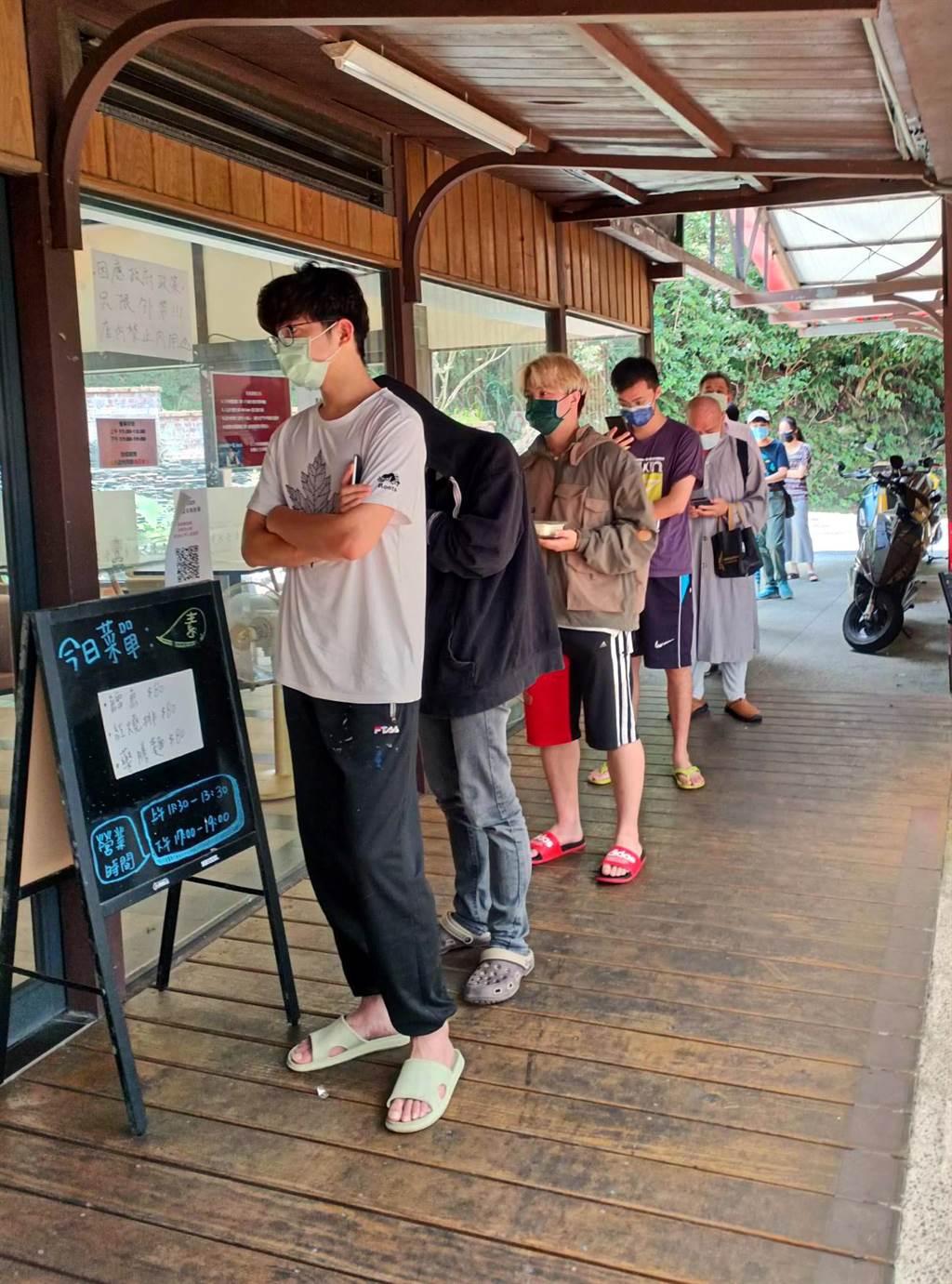 華梵大學免費午晚餐措施獲學生熱烈響應,用餐時間一到,餐廳門口即出現排隊人潮。(華梵大學提供)
