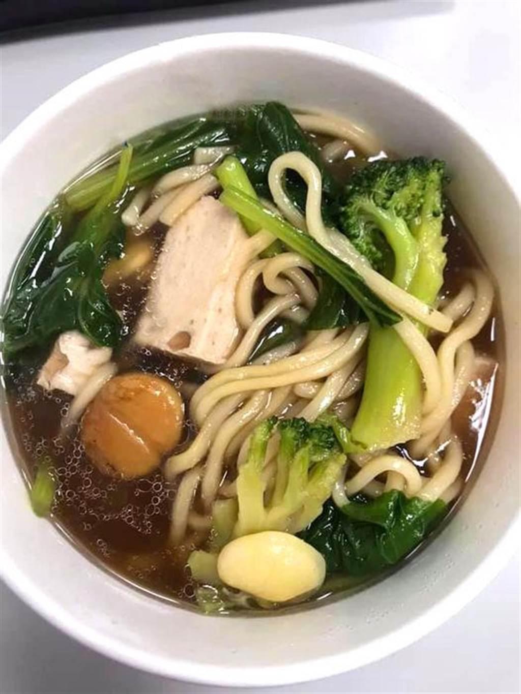 華梵大學蔬食餐廳好吃料理:紅燒栗子麵。(華梵大學提供)