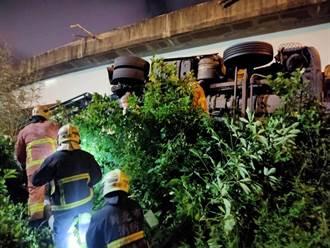 物流聯結車從5米高台64線墜落 車頭全毀駕駛拋飛命危