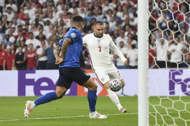英格蘭左後衛路克蕭(右)開賽1分57秒率先攻破義大利球門,創下歐國盃決賽史上最快進球紀錄。(美聯社)