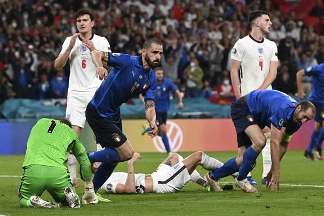 義大利後衛波努奇(左二)在第67分鐘扳平比數。(美聯社)