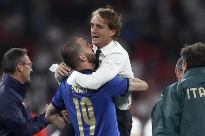 教頭曼奇尼帶領錯過上屆世界盃的義大利勇奪歐國盃,奪冠後也淚灑球場。(美聯社)