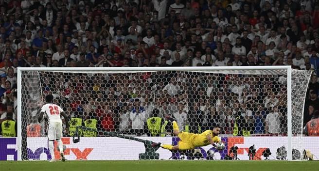 義大利門將多納魯馬(右)在第5點PK撲出英格蘭薩卡的射門,也榮膺本屆歐國盃最佳球員。(美聯社)
