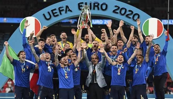 義大利在溫布利大球場舉起歐國盃冠軍。(美聯社)