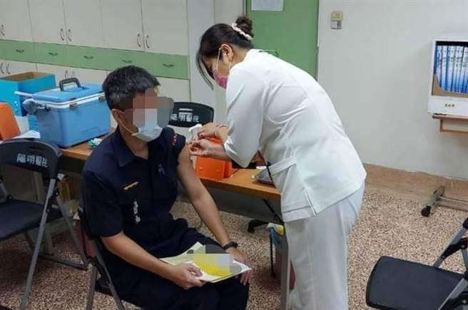圖為嘉義市警局員警6月接種AZ疫苗情形,非本案當事人。 (嘉義市警察局提供)