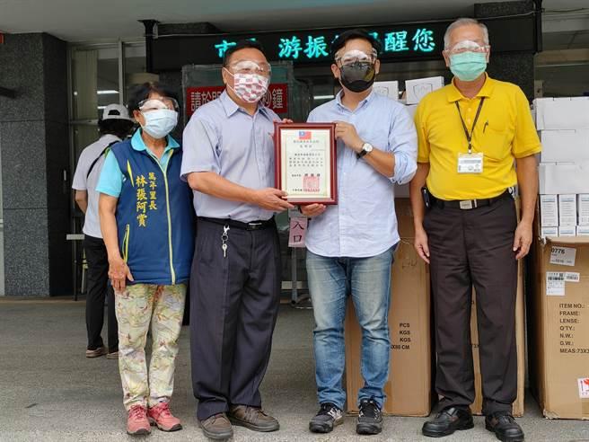 彰化縣議員曹嘉豪就送了超過千個百元高檔防護面罩給鄰長,讓他們宛如披上防護罩,繼續守護所有民眾健康。(吳建輝攝)