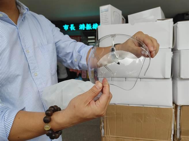市價149元的高檔防護面罩,要送給一線辛苦的村里鄰長。(吳建輝攝)