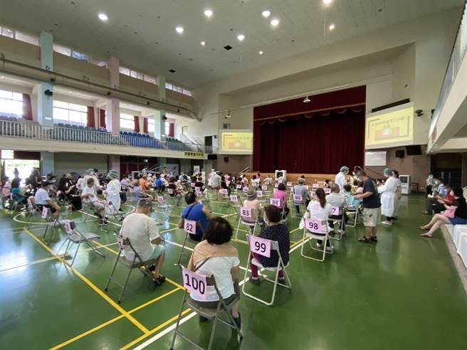 台中市13日、14將再啟動全市快打站為68、69歲長者接種疫苗。(馮惠宜攝)