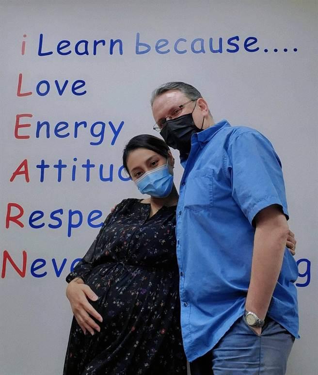 葉瑋庭(左)今在老公陪同下接種疫苗。(經紀人提供)