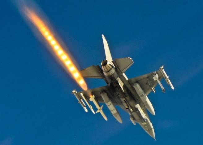 F-16戰機發射AGM-88反輻射飛彈。(圖/雷神公司)