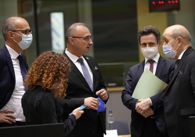 周一在布魯塞爾歐盟理事會大樓舉行的歐盟外長會議期間,法國外交部長勒德里昂(右)與克羅地亞外交部長拉德曼(中)交談。這次歐盟外長會通過啟動歐洲連接世界基礎設施計劃。(圖/美聯社)
