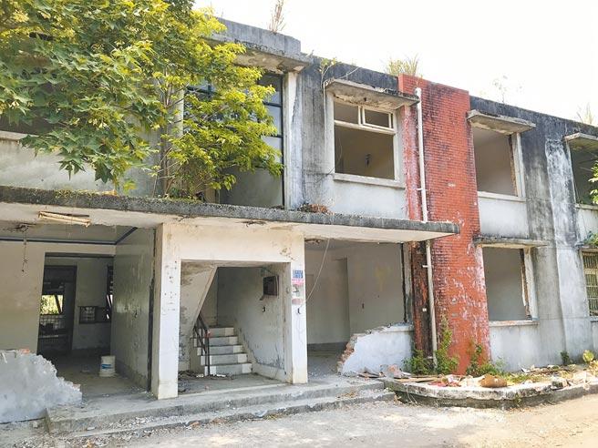 基隆市港務分公司員工宿舍「惠明新村」,準備拆掉改建,但文資團體認為建物具文化價值,提報申請為文化資產,市府緊急列為暫定古蹟。(陳彩玲攝)