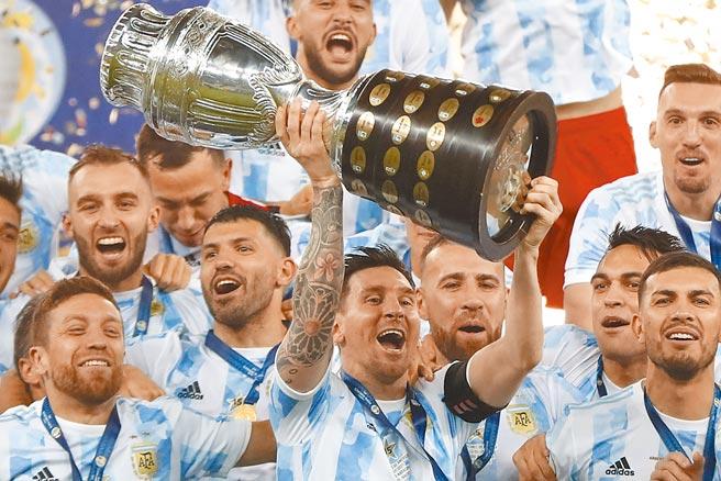 梅西(前中)高舉美洲盃冠軍獎盃慶祝。(美聯社)