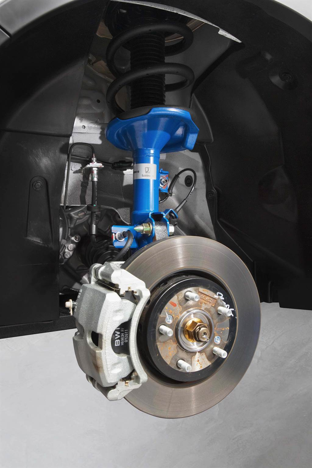 U6 藍調倍適版採用倍適登避震器,用性能給你安全,讓每次進出彎道都能四輪貼地、輕鬆寫意。
