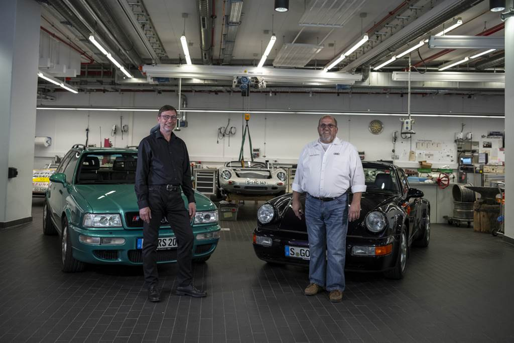 Audi企業歷史學家Ralf Friese(右)與當時Porsche RS2項目的負責人Michael Hölscher(左)重聚。
