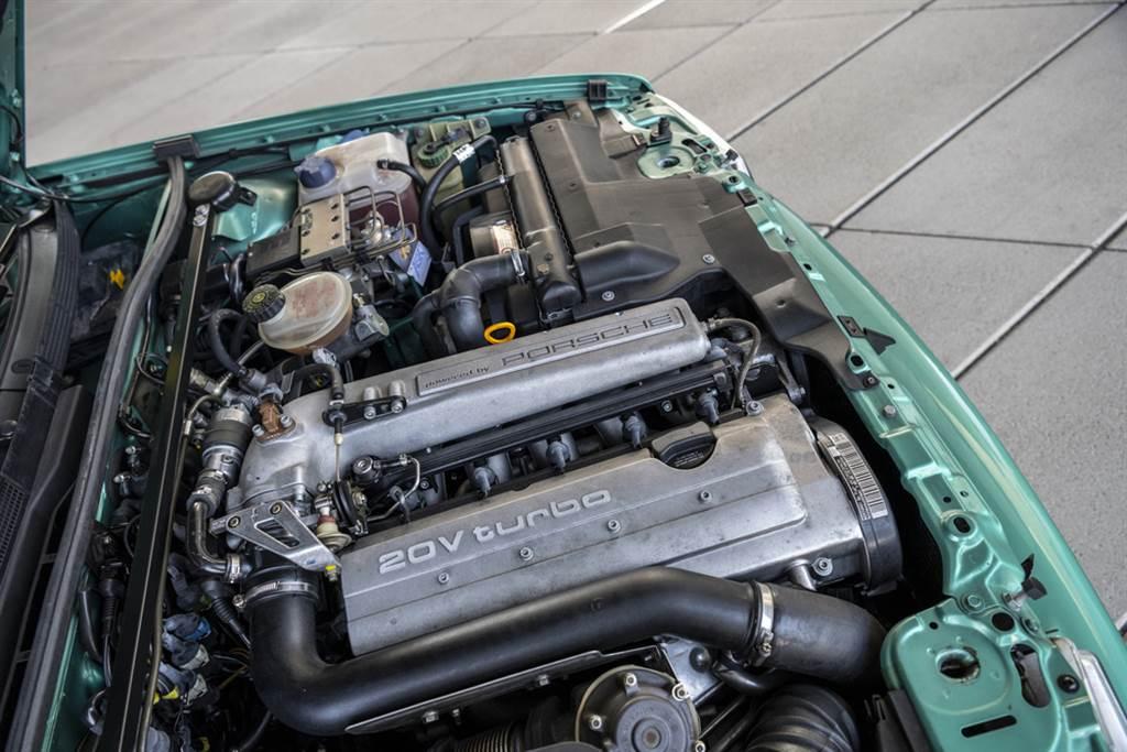 Audi Avant RS2配備2.2升直列五缸引擎、全時四輪驅動和由渦輪增壓所榨出為人津津樂道的315 PS 強大動力。