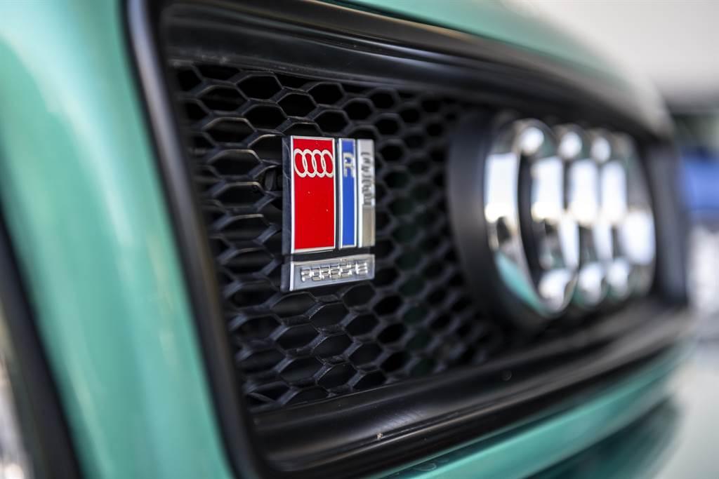 Audi RS2的RS標誌上有著Porsche字樣。