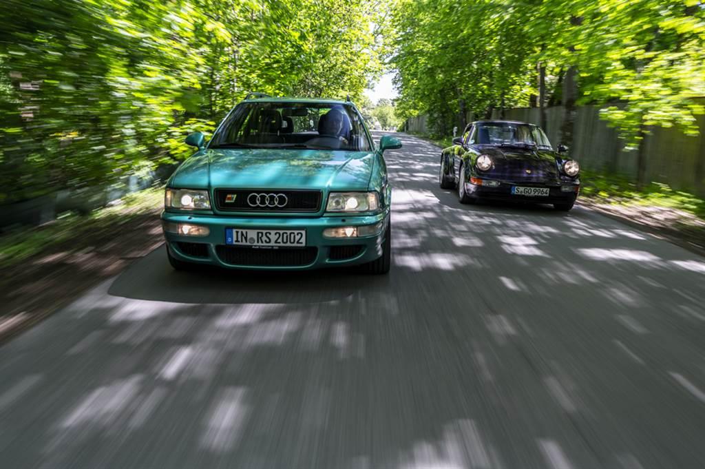 RS2作為第一輛沒有電子限速的Audi,時速表底達到了300km/h,不過極速為262km/h。