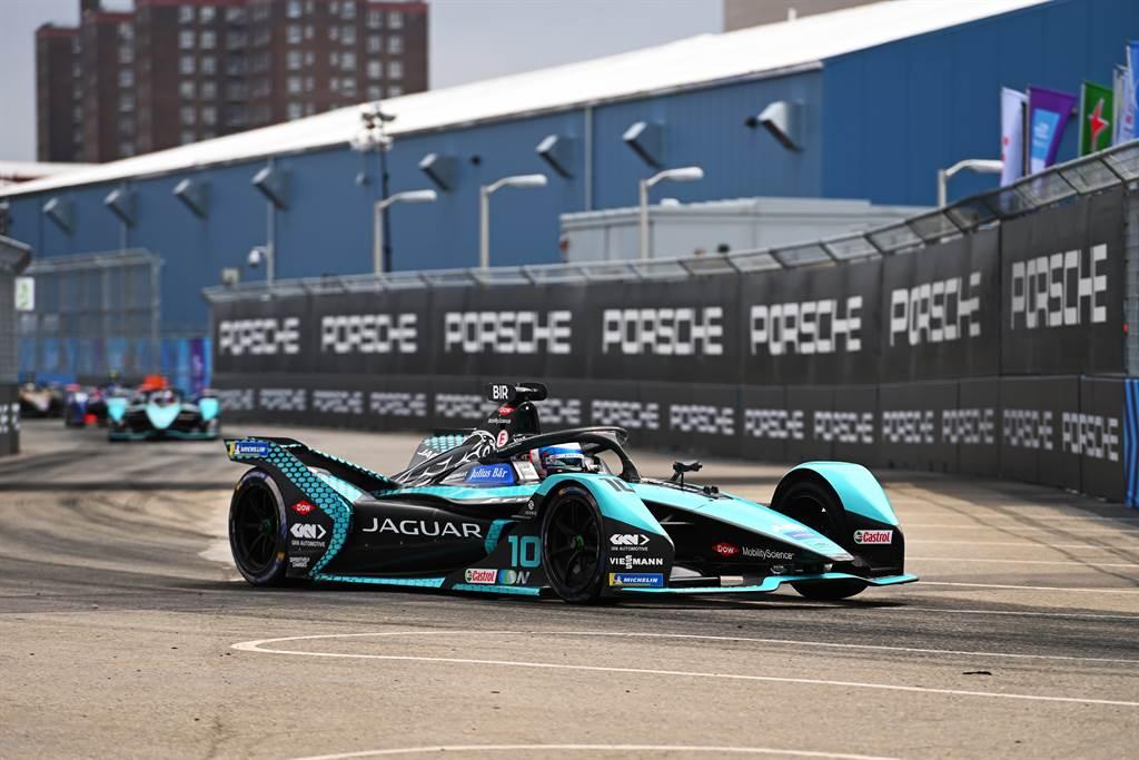 Jaguar Racing車手Sam Bird,開賽即一路領跑得勝,於紐約站創造力歷史性的第三次ABB電動方程式大獎賽單站奪冠。