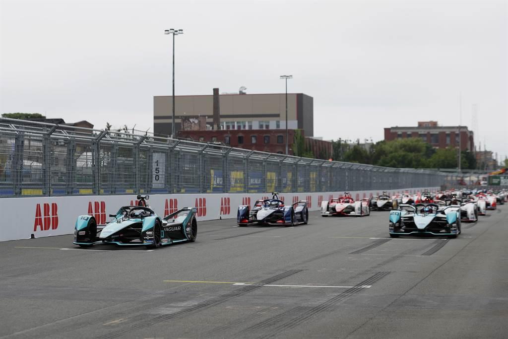 排位賽中Jaguar Racing車手鎖定前排,Sam Bird取得桿位,Mitch Evans則位居第二,在車隊的電動方程式歷史上,Jaguar Racing首次奪下前排起跑位置。