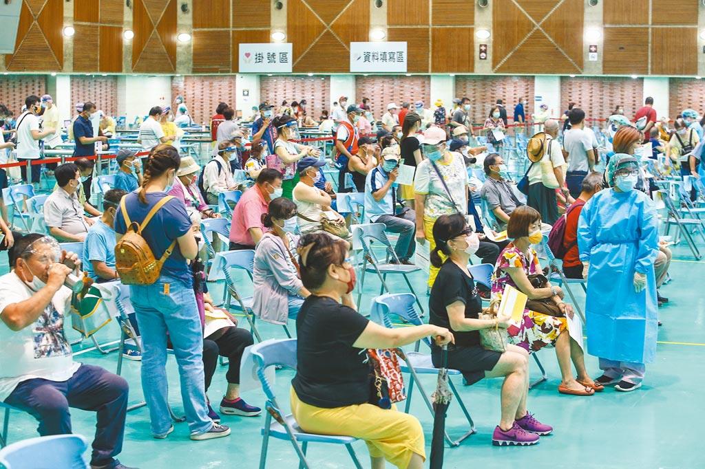 新北市政府與亞東醫院在五股工商展覽中心,設置單日可容納接種人數5000人的接種站,8位醫師同步問診、8位護理師分裝藥劑,16位護理師負責施打,開辦首日就有4000人打完疫苗。(鄧博仁攝)