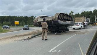 戰鬥民族日常?俄國T-80主戰車倒翻公路