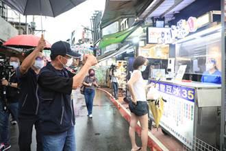微解封大雨攪局 逢甲夜市未見人潮 攤商:沒打疫苗不敢做生意