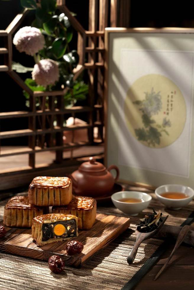 君品酒店「畫中月」月餅禮盒設計靈感來自蘇軾的「花影詞」,標榜收納了世人最古典的祝福。(圖/君品酒店)