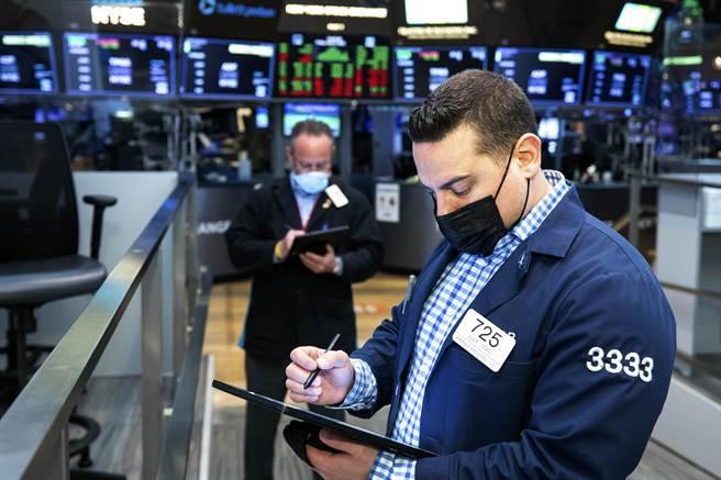 打臉Fed高通膨短暫說?美6月CPI年增5.4%,那指期急挫翻黑。(圖/美聯社)