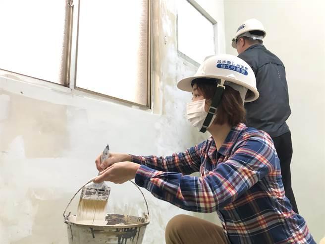 新竹市議員李妍慧(左)特別揪團成立「做工行善團」,協助社會邊緣的弱勢家庭修繕住家,半年來已整修4組房舍。(陳育賢攝)