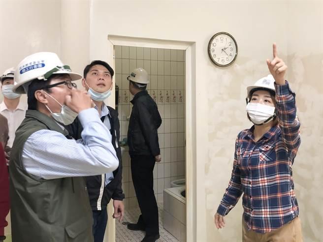新竹市議員李妍慧(右)特別揪團成立「做工行善團」,協助社會邊緣的弱勢家庭修繕住家,半年來已整修4組房舍。(陳育賢攝)