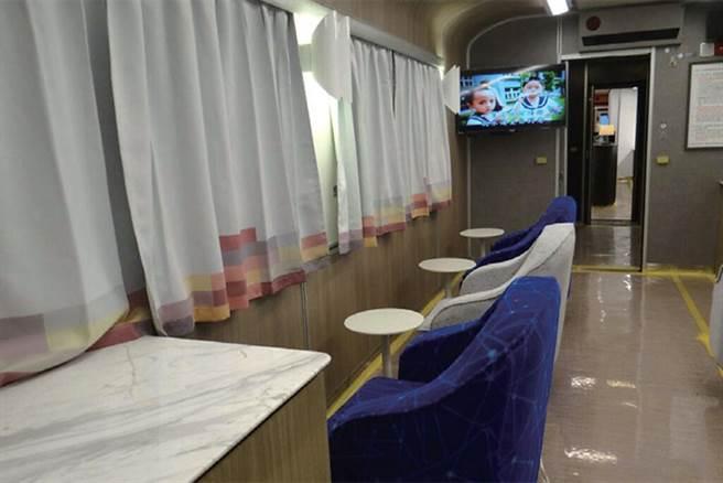 ▲客廳車廂可面窗而坐的旋轉式座位。 圖:臺灣鐵路管理局/提供
