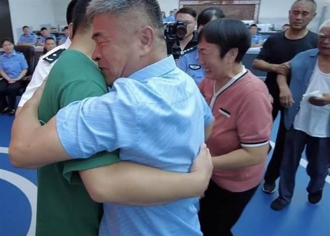 時隔24年,郭剛堂終於和兒子郭振重逢。(東網)