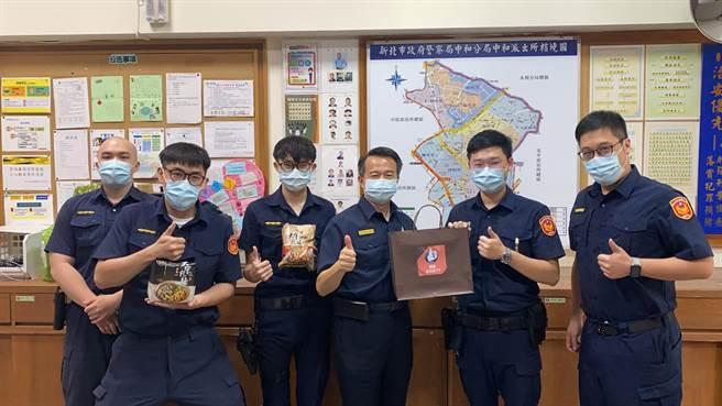 新北市警察局副局長黃勢清今(13日)前往派出所替同仁們打氣。(翻攝畫面)