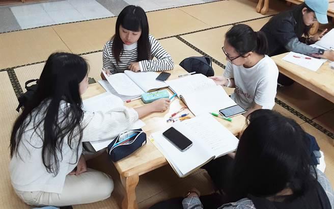 大葉大學應日系課堂分組討論。(校方提供/吳建輝彰化傳真)