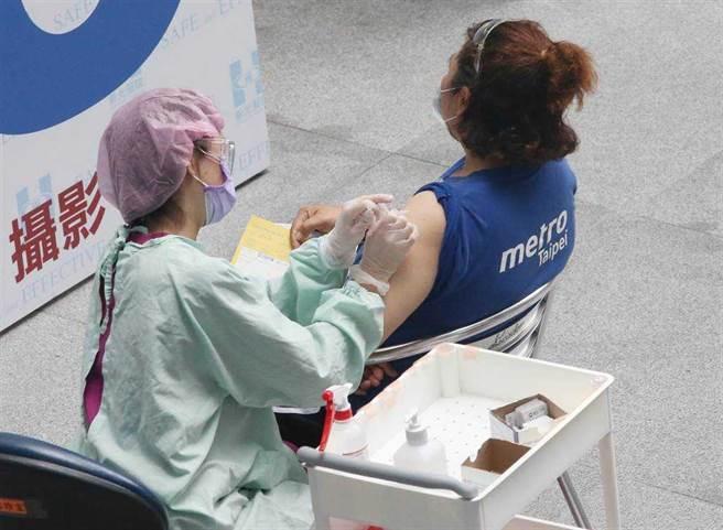 疫苗第二劑怎預約?指揮中心表示莫德納、AZ做法不同。(圖為北捷人員接種疫苗、趙雙傑攝)