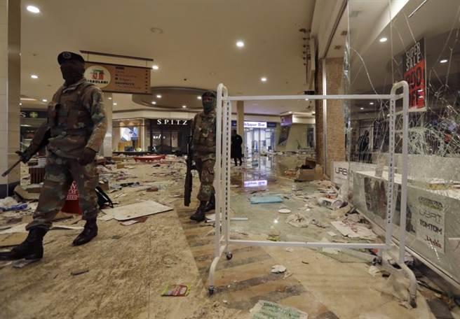 南非前總統祖馬被判刑入獄,支持者發起暴動。圖為士兵在約翰尼斯堡附近購物中心內巡邏。(圖/美聯社)