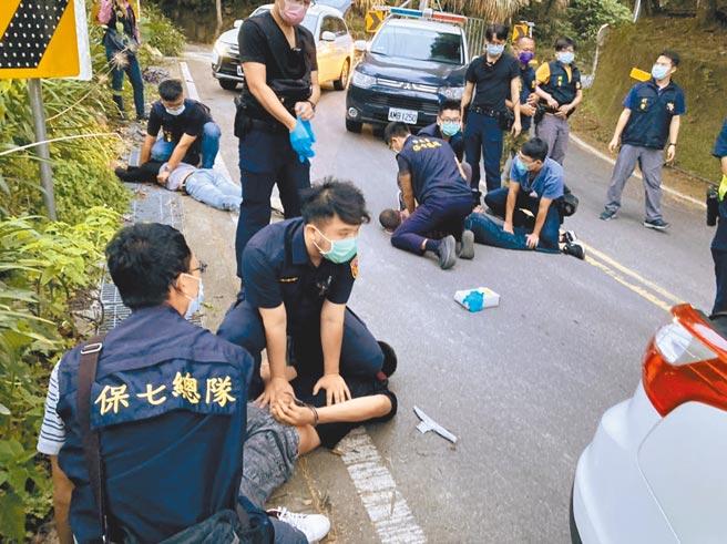 保七刑大日前在南投奧萬大附近,逮捕3名越南籍逃逸移工盜取紅檜樹瘤、扁柏等珍貴林木。(警方提供/李文正台北傳真)