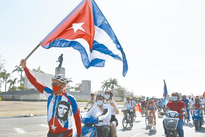 數以千計古巴民眾11日在首都哈瓦那和其他多個城市舉行了罕見的反政府抗議活動,遊行中還有人高喊「打倒獨裁!」。圖為古巴示威示意圖(新華社)
