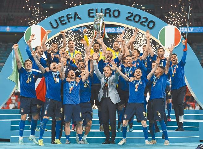 「藍衫軍」義大利在歐國盃決賽PK氣走地主英格蘭,於溫布利大球場舉起「德勞內盃」。(美聯社)