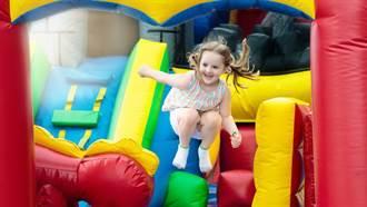 遊樂園突刮怪風!充氣城堡吹上天 4童從9公尺高空噴飛