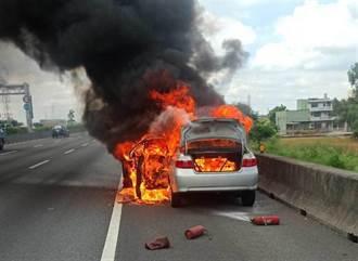 國道1自小客自燃燒成火球  瞬間起火駕駛緊急跳車