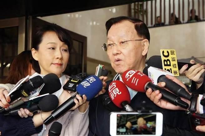 郭新政(左)、盛竹如(右)合作拍攝「誰摔死了李新」影片,遭李新義妹林麗君、黃明烈夫妻提告求償。(資料照)