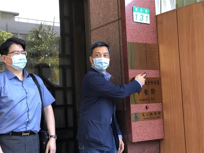 菱光科技董事長黃育仁(右)14日到北檢告發創投業者背信。(陳志賢攝)